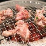 幸永 - 2016.7 炭火の七輪で豚骨タタキを焼いています