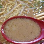 53907645 - 魚粉入り背脂とんこつスープは珍しい