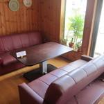 ヒーローズカフェ - 6名様までゆったり座れるソファー席。4名様からお席のご予約受付中です!