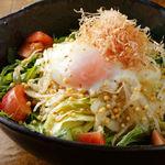 一伍屋 - 温泉玉子と新鮮な野菜にとろ~りからむ、定番のデリシャス・サラダです♪