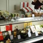 福菱 Kagerou Cafe - ショーケースには弊社の商品から龍神の梅酒などが並んでおります。
