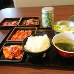 53920916 - お肉3皿のランチセットと豆腐サラダのジャー