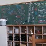 PizzeriaTrattoriaDaPeGONZO - 廃校なのでもちろん黒板もあり