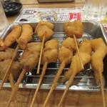 大阪屋台居酒屋 満マル - 先ずは海老や豚バラの揚げ上がり、串揚げは大阪風なんでソースの2度漬けは禁止ですよ。