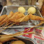 大阪屋台居酒屋 満マル - うずらの卵も串揚げになって来ました、やっぱりエビが一番人気で追加で揚げてもらいました。