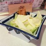横田酒場 - お通しのキャベツ