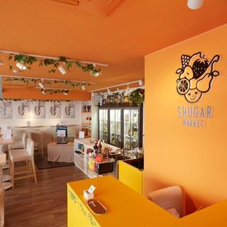 店内は落ち着いたオレンジ色♪おしゃれな空間で楽しんで!