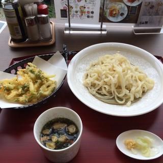 Live Kitchen 美楽亭 - かき揚げ冷やしうどん焼葱と鶏のつけ汁。 税抜1180円。 美味し。