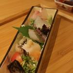 いしづか - お造り:めじま炙/えぼだい炙/帆立/鯒/鯛/胡椒鯛/さわら 梅酢ソースかお醤油で