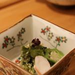 いしづか - ▼先付: 九条ネギと小松菜の和え物に車エビとおくらが添えてあります