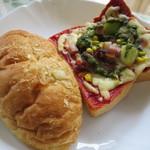 BAKE HOUSE テディ - カレーパンとピザトースト。