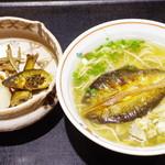 川原町 泉屋 - 天然鮎らーめん、天然鮎山椒煮と漬物