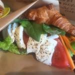 エニウェイ サンドイッチショップ - 一番人気のトマトモッツァレラバジルサンドをクロワッサンで頼みました!