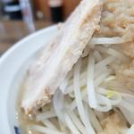 爆麺亭 - 焼豚の厚み