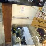 イルチッチォーネ - 急な階段の地下にワイン蔵