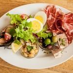 トラットリア・バール・ジョルノ - Antipasto misto della casa 前菜盛り合わせ ¥980 「注文率80%を超える人気メニューです。日替わりの前菜をたっぷりと惜しみなくお皿に咲かせます^^原価率50%を超えることも!」