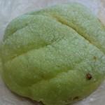 スマイル&ハッピーファクトリー - 抹茶メロンパン(163円)。