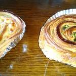 53979889 - 右はデニッシュ生地にレーズン(定番)、左は、新しいコーン+チーズ+エビ風味