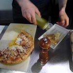 オステリア ラ フォッリア デルソーレ - ピザが完成しました。 出来たてほやほやです。 ピザのいい匂いが漂ってきます。
