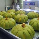 シェスタ - 料理写真:かぼちゃとほうれん草を使って作った かぼちゃパン