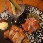 炭焼きBAR 心 - 1607_心_厚切りベーコン、サーモンカルパッチョ、野菜スティック