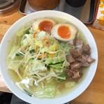 昭和歌謡ショー - 白醤油のタンメン。半熟玉子。野菜がたっぷりです。