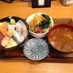 丼ぶりこ - 海鮮丼、ランチタイムはサラダと味噌汁をつけて税別600円