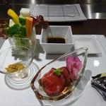 串揚げ 串の実 - 生野菜と比内地鶏の肉みそ&錦牛のタタキ