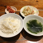 ホルモン焼肉 縁 - ごはん、スープ、キムチ、サラダ