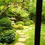 53992137 - 綺麗に手入れされた庭園
