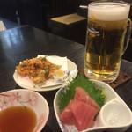 53992781 - サンキューセット1000円、生ビール&マグロ刺身&桜海老のかき揚げを選択。