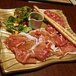 アカバール - ホエー豚のサラミ、生ハムサラダ