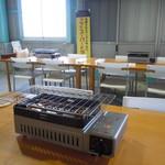舞阪マルマ幸福丸 - 焼きカキ用コンロが設置