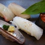 BASSIN - *お寿司5貫は「鰯」「カンパチ」「イカ」「鯛」「イクラ」 お味は普通ですけれど、鮪も入りませんし、この内容で1380円は高いでしょう。