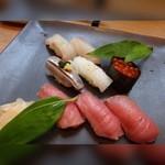 BASSIN - ◆握り・・寿司5貫(1380円)と鮪3貫(980円)、一緒に盛り合わせて出されました。 シャリは一般的な品で、小ぶり。