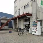 田上 - 店舗外観 アバンギャルドな階段ですが、店舗は1階です。