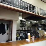 田上 - 店内 カウンターのみの王道スタイル
