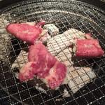 杏樹亭 岸根店 - 上タン塩は片面焼きで葱を蒸し焼き状態にします