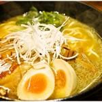 麺処 鳴神 - 白湯しょうゆ味玉らーめん 780円 鶏揚げの香ばしさが印象的なラーメンです。