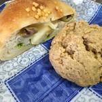 コカブ デリ&ベーカリー - アボカドとオリーブとチーズのパン(1/2)・ほうじ茶とメープルのスコーン
