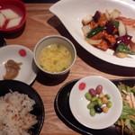 上海湯包小館 - 若鶏と彩り野菜の黒酢炒め定食