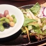 上海湯包小館 - 豆とサラダ