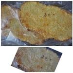 54026996 - ◆フーガス(1個・220円)・・2個購入しました。                       薄いパン生地の上にタップリのチーズをかけて焼いたパン。クミンがアクセントで添えられています。