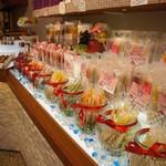 くらしき桃子 - とにかく明るくポップな色が溢れる店内です