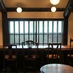 くらしき桃子 - 2Fの格子窓を望むカウンターって、なんて素敵なんでしょうね!