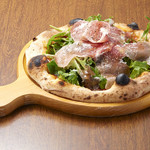 炭焼き&ワイン サンテ - 生ハムルッコラピザ
