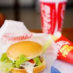 ロッキーバーガー - 野菜がはみ出ている美味しいチーズバーガー♪