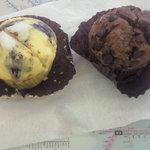 トモズ カップケーキ - チョコとブルーベリー