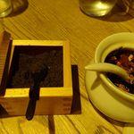 ぎょうざ処 高辻 亮昌 本店 - 黒七味と、揚げた羅臼昆布が入ったラー油