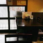 勝蔵 - 内観・テーブル席と入口